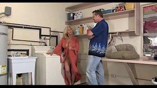 الأب يجلخ كس ابنته وهي تغسل الثياب ج٢ فيديو سكس مجاني